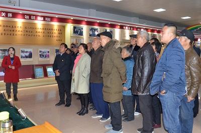 近日,河南农业大学一行200人组成的参观见学团,在赵永柯教授带领下来我村开展社会主义新农村建设实践调研。
